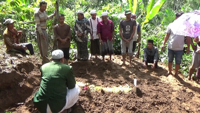 Satu warga Lumajang meninggal akibat tertimpa puing bangunan saat terjadi gempa Malang dimakamkan