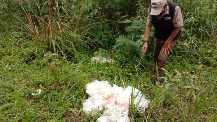 Seorang relawan di Sukabumi temukan sampah medis yang dibuang sembarangan di pinggir jalan.