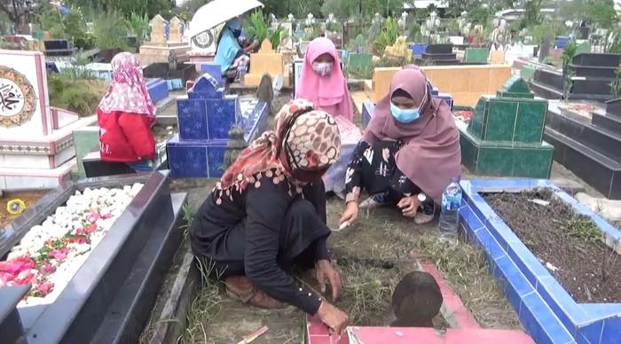 Suasana ziarah kubur menjelang bulan Ramadhan 1442 di Kota Jambi