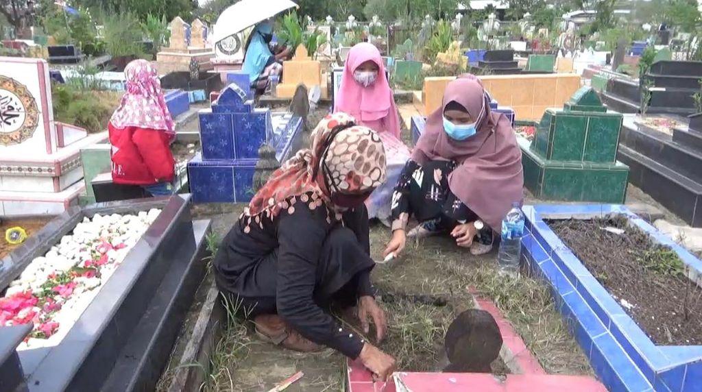 Tak Bisa Mudik ke Jawa, Warga Jambi Pilih Ziarah Kubur Jelang Puasa