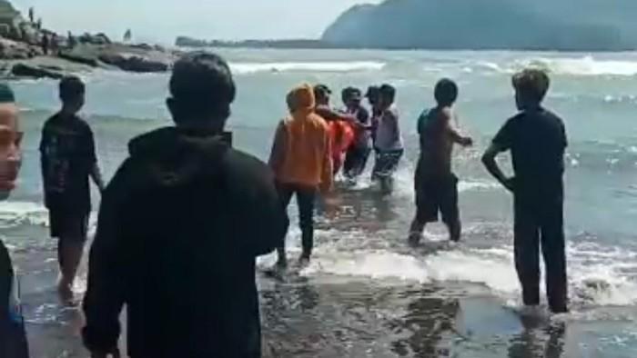 Tergulung Ombak saat Berwisata, Ayah Ditemukan Tewas, Anak dalam Pencarian