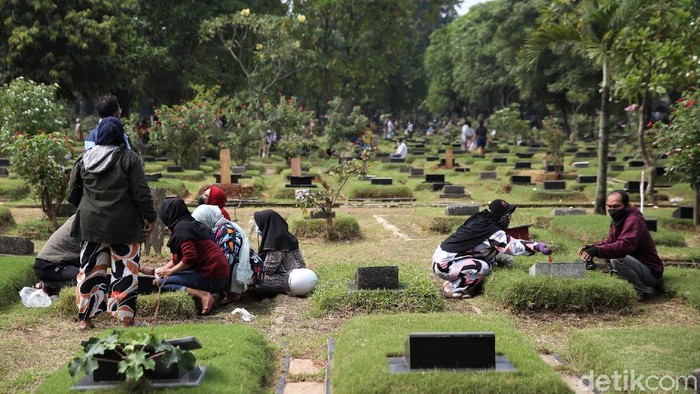 TPU Pondok Kelapa, Jakarta, ramai didatangi warga saat akhir pekan. Warga datang untuk berziarah ke makam anggota keluarga menjelang Ramadhan.