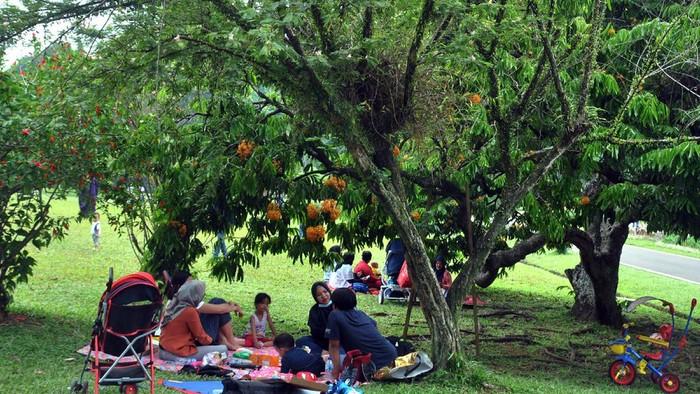 Sejumlah warga berkumpul dan makan bersama saat tradisi cucurak di Kebun Raya Bogor, Jawa Barat, Minggu (11/4/2021). Tradisi cucurak merupakan tradisi masyarakat Bogor menjelang bulan Ramadhan dengan mengadakan makan bersama dengan keluarga ataupun kolega meskipun di masa pandemi COVID-19 dengan tetap menerapkan protokol kesehatan. ANTARA FOTO/Arif Firmansyah/hp.