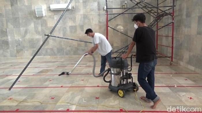 Warga dan DKM bersihkan masjid Agung Purwakarta.