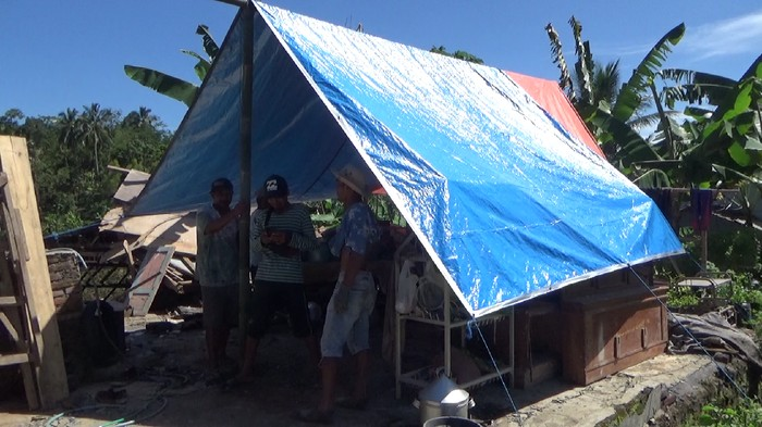 Warga desa Kali uling kecamatan Tempursari Lumajang salah satu desa tampak gempa Malang. namun mereka mengungsi di rumah saudara