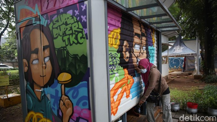 Dua kios di Pasar Jaya, Menteng berwarna lebih mencolok dibandingkan bangunan di sekitarnya. Karya mural menghiasi kios agar dapat lebih menarik pengunjung.