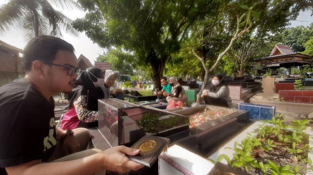 Mudik Dilarang, Warga Pilih Ziarah Kubur di Pekanbaru Jelang Ramadhan