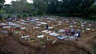 Potret Ziarah Kubur di Pemakaman Khusus COVID-19