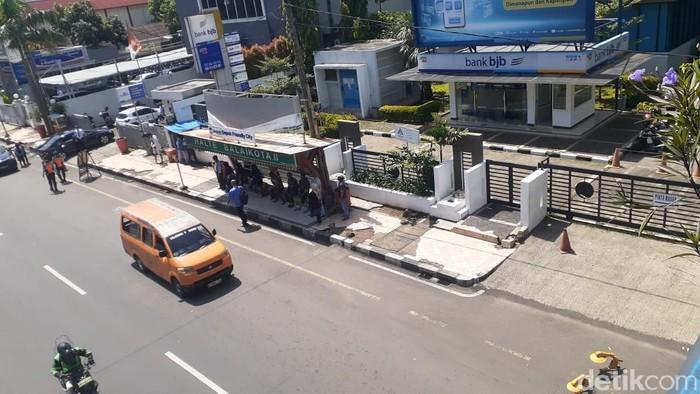Akses ke JPO dekat Balai Kota Depok di Jl Margonda Raya, kini bebas parkir liar. 12 April 2021. (Afzal NI/detikcom)