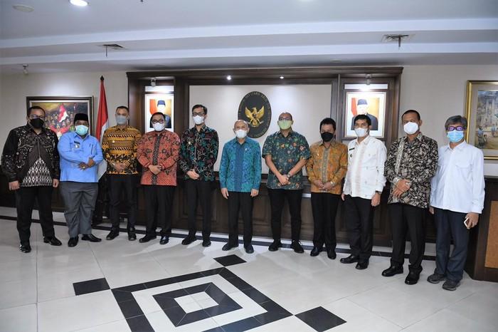 Anggota Komisi VI DPR RI dari Fraksi Gerindra Andre Rosiade memfasilitasi pertemuan tujuh kepala daerah di Sumatera Barat (Sumbar) dengan Menteri Koperasi dan Usaha Kecil dan Menengah (Menkop UKM) Teten Masduki di Kantor Kementerian Koperasi dan UKM.