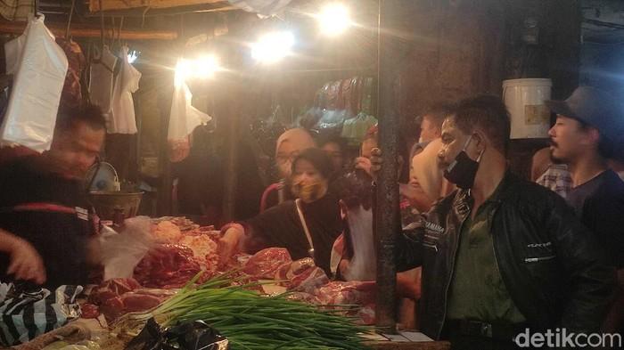 Sehari menjelang Ramadhan pasar tradisional di Kabupaten Cianjur, Jawa Barat dipadati pembeli. Mereka rata-rata membeli bahan pangan untuk hari pertama Ramadan.