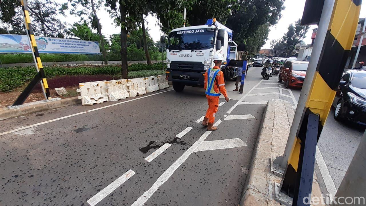 Barier beton (MCB) kembali dipasang untuk menutup Flyover Tapal Kuda Lenteng Agung, 12 April 2021, pukul 15.00 WIB. (Afzal Nur Iman/detikcom)
