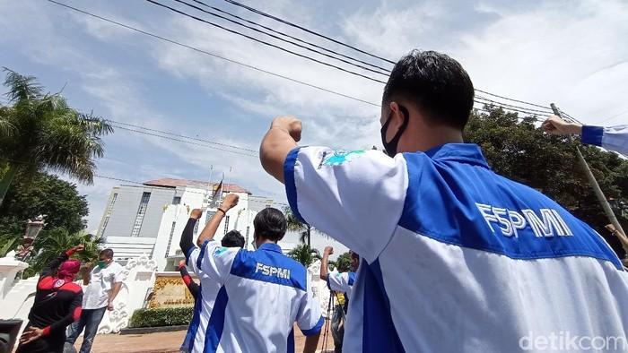 Demo buruh di Cirebon tuntut pembayaran THR tak dicicil.