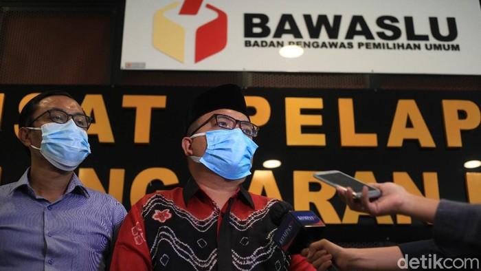 Calon Gubernur Kalimantan Selatan, Denny Indrayana tiba di Gedung Bawaslu, Jakarta, Senin (12/4/2021).