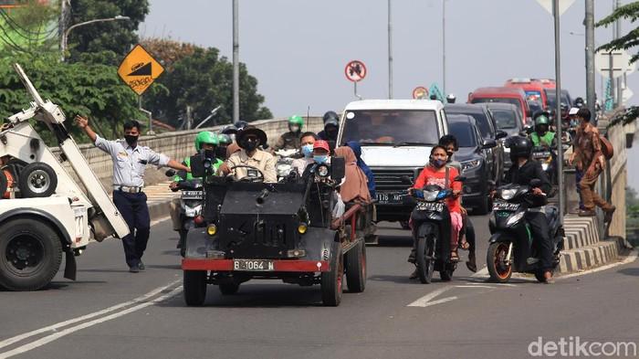Sebuah mobil terbuka hasil modifikasi dengan 6 penumpang melintas di Jl Bintaro Permai, Jakarta Selatan, beberapa waktu lalu.