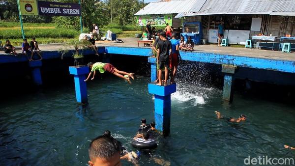 Seperti ini momen tradisi Padusan (mandi) di Umbul Saren, Sleman, Yogyakarta.