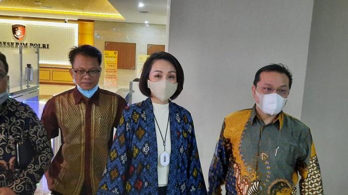 R, istri ANS Kosasih usai diperiksa Dittipidsiber Bareskrim Polri, Jakarta, Senin (12/4/2021).