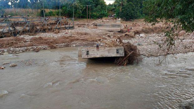 Kabel listrik bekas jadi jembatan darurat di Malaka NTT