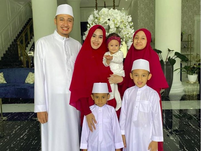 kartika Putri bersama Habib Usman bin Yahya dan anak-anaknya
