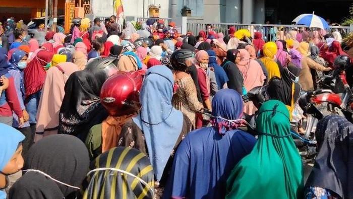 Kerumunan di depan salah satu bank di Asahan (Perdana-detikcom)