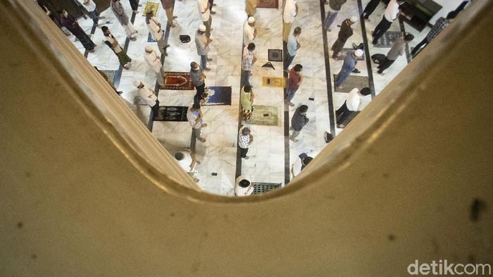 Ibadah salat Tarawih juga digelar di Masjid Cut Meutia, Jakarta. Hal itu dilakukan dengan menerapkan protokol kesehatan yang ketat.