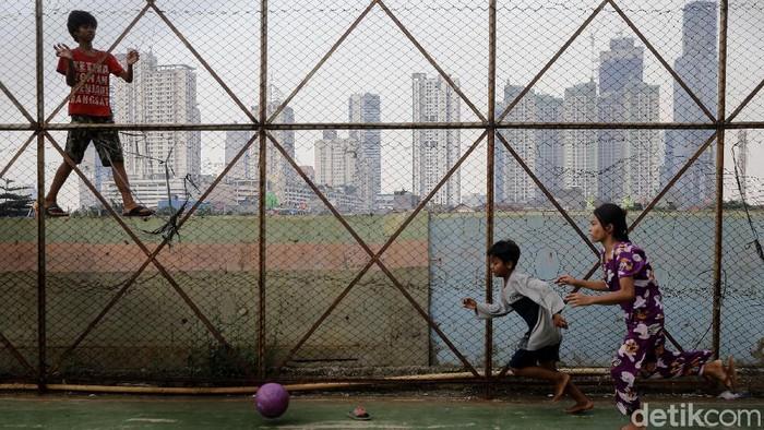 Ruang bermain anak-anak di kawasan Petamburan, Jakarta Pusat, kian terbatas. Sekalipun ada, itu hanya lapangan futsal yang sempit.