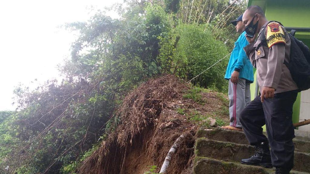 Diterjang Longsor, Rumah Warga di Tasikmalaya Jebol