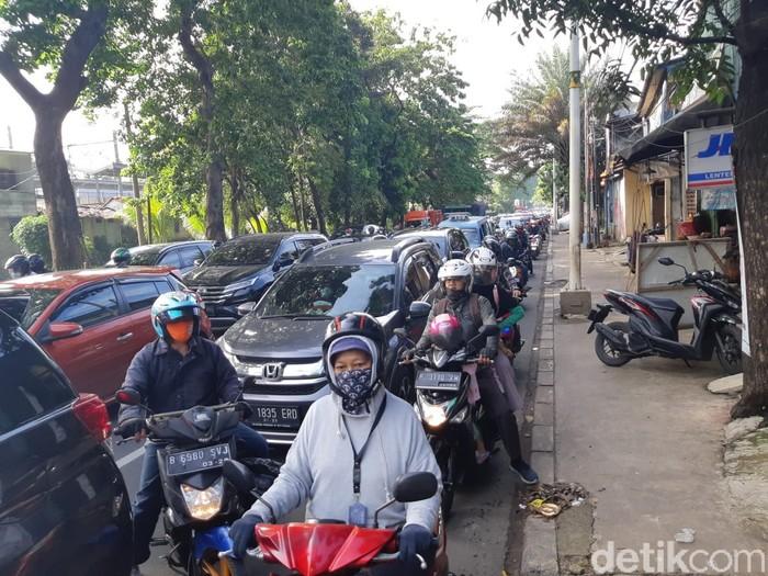 Macet jelang Flyover Tapal Kuda Lenteng Agung, Jaksel. (Danu Damarjati/detikcom)