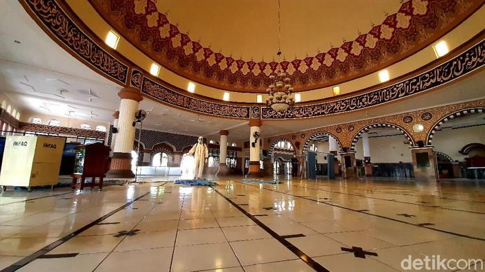 Masjid Agung Baitussalam Purwokerto disemprot disinfektan menjelang Ramadhan, Senin (12/4/2021).