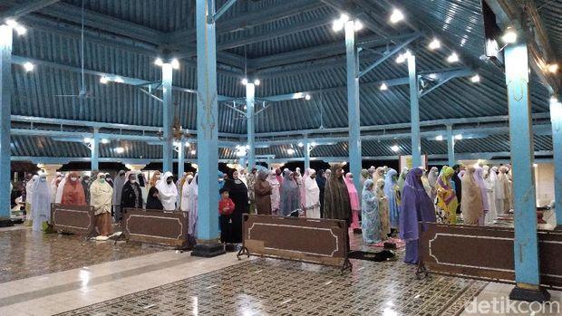 Masjid Agung Surakarta (Solo) menggelar salat tarawih perdana, Senin (12/4/2021).