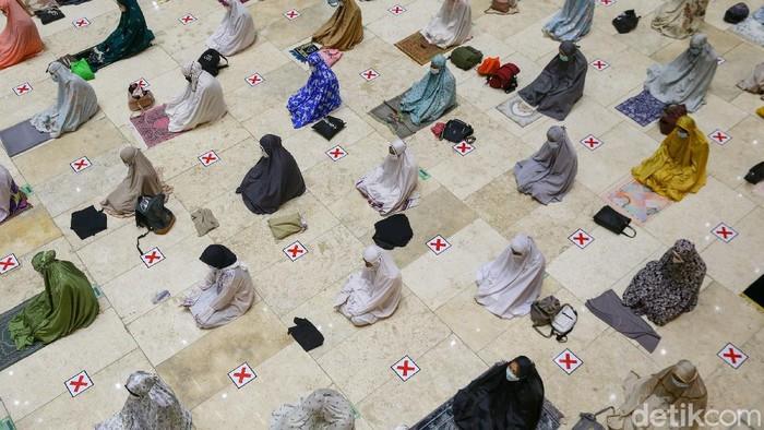 Pemerintah telah menetapkan 1 Ramadhan 1442 Hijriah Selasa besok. Malam ini, Masjid Istiqlal menggelar salat tarawih berjamaah dengan kapasitas terbatas.