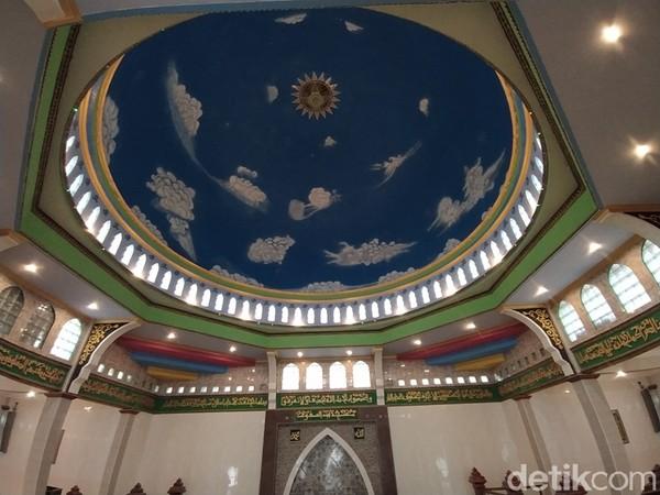 Berdasarkan pantauan, Masjid Baituttaqwa ini jika dilihat secara dekat terlihat bagian depan masjid karena lahannya merupakan terasering. Kemudian, setelah memasuki masjid, akan menemukan aksesoris masjid yang ada indah dan bagus sekali.