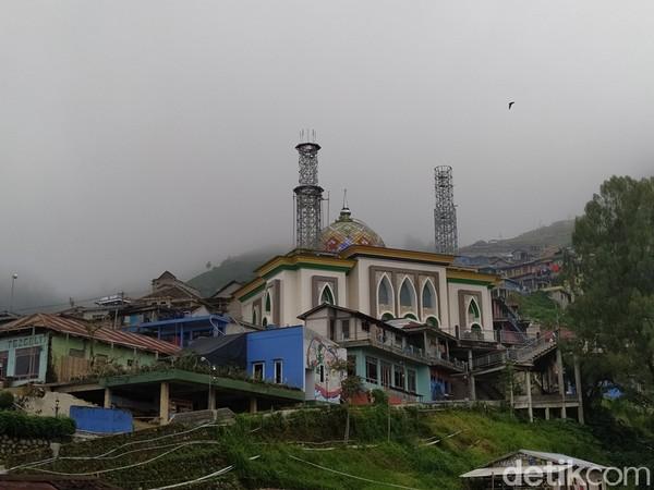 Masjid Baituttaqwa yang berada di Dusun Butuh, Desa Temanggung, Kecamatan Kaliangkrik, Kabupaten Magelang, Jawa Tengah, ramai dikunjungi wisatawan. Lokasi ini menjadi salah satu titik spot selfie pengunjung Nepal Van Java.