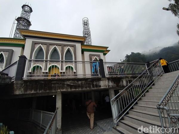 Dulunya masjid ini berukuran kecil, kemudian dilakukan pemugaran secara bergotong royong oleh warga masyarakat setempat.