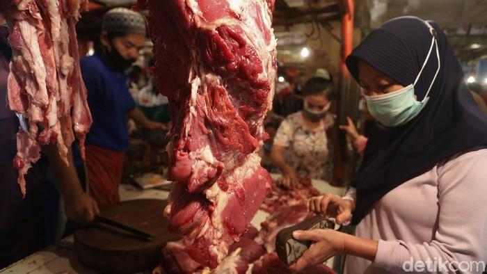 Jelang bulan Ramadhan, harga daging sapi kembali merangkak naik di pasar tradisional di Kota Bekasi, Jawa barat. Harga daging sapi mencapai Rp 180 ribu per kilogramnya per hari ini (12/4).