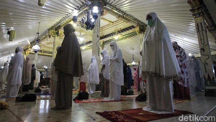 Ibadah salat Tarawih perdana juga dilakukan warga di Masjid Gedhe kauman Yogyakarta. Salat dilakukan dengan khusyuk.