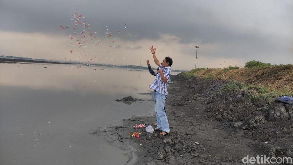 Warga Korban Lumpur Sidoarjo Nyekar di atas Tanggul Sebelum Ramadhan
