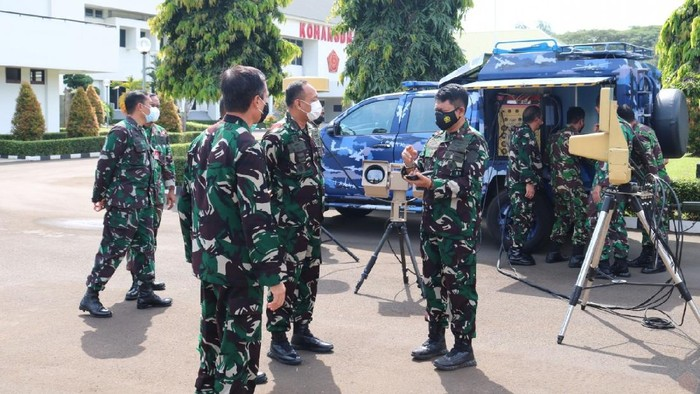 Pangkohanudnas Marsda Novyan Samyoga mengecek kondisi alat antidrone ini