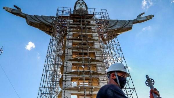 Sebuah patung Yesus raksasa baru tengah dibangun di Kota Encantado, Brasil. Namanya adalah patung Kristus Sang Penebus.