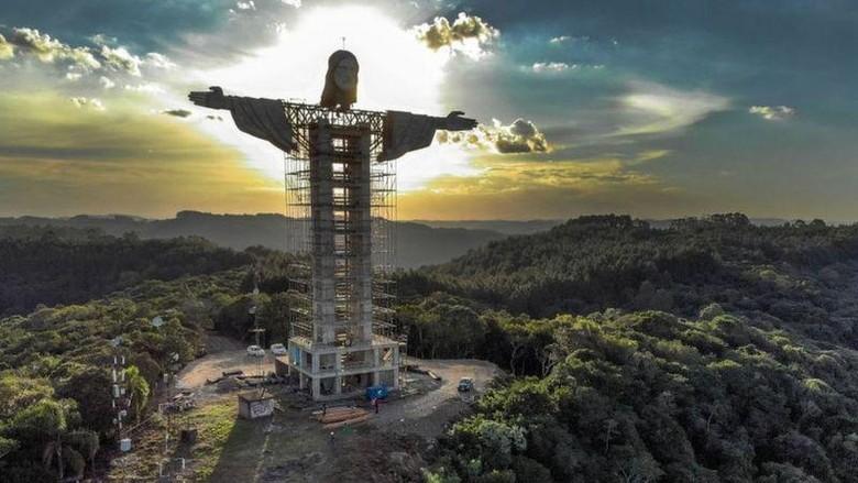 Patung Yesus raksasa din Encantado, Brasil, yang tengah dibangun.