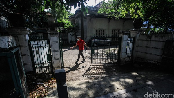 Bangunan tersebut berlokasi di Jalan Cikini Raya nomor 80-82, Jakarta Pusat. Berdasarkan cuitan akun @Kemlu_RI pada 2016, rumah tersebut merupakan kantor pertama Kemlu.Foto: Ari Saputra