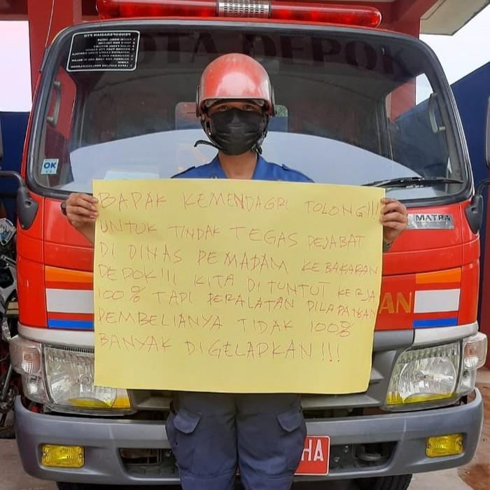 Petugas Damkar Depok Sampaikan Protes Dugaan Korupsi di Dinas Damkar Depok