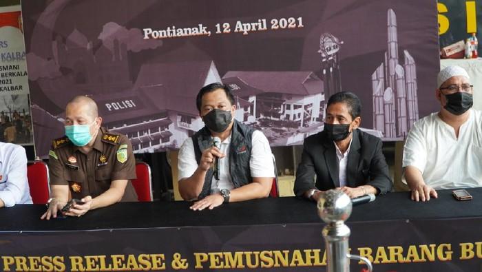 Polda Kalbar bongkar praktik judi di Kampung Beting. Foto dikirim Dirkrimum Polda Kalbar Kombes Luthfie Sulistiawan.