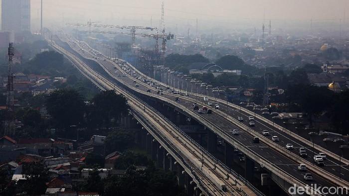 Kendaraan melintasi Jalan Layang MBZ Sheikh Mohamed Bin Zayed di Kota Bekasi, Jawa Barat, Senin (12/4/2021).