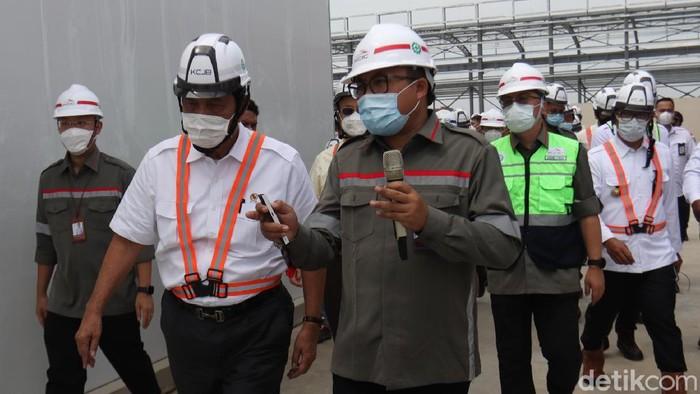 Menko Maritim dan Investasi Luhut Binsar Pandjaitan bersama Menteri Perhubungan Budi Karya Sumadi melakukan peninjuan ke Depo Kereta Cepat Tegalluar, Rancaekek, Kabupaten Bandung, Jawa Barat. Keduanya tiba di Depo Kereta Cepat Tegalluar sekitar Pukul 10.00 WIB, Senin (12/4/2021).