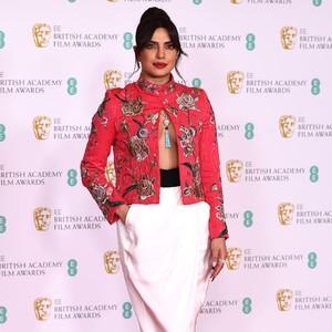 Priyanka Chopra Seksi Banget di BAFTAs, Pakai Blazer Braless