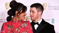 7 Gaya Seksi Priyanka Chopra Sambil Pamer Mesra Bareng Nick Jonas di BAFTAs