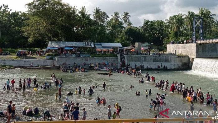 Ratusan warga di Padang, Sumbar, mandi balimau menyambut Ramadhan.