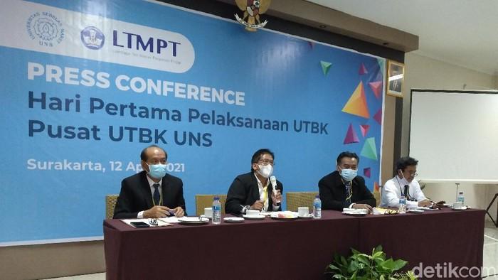 Rektor UNS meninjau pelaksanaan UTBK SBMPTN hari pertama.