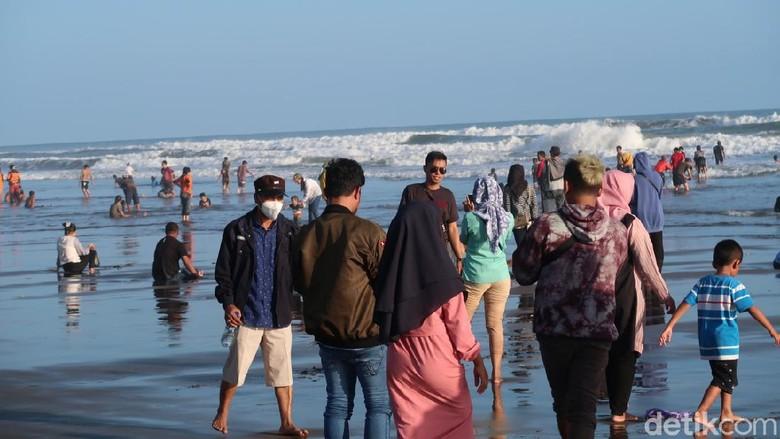 Ribuan Wisatawan Jejali Kawasan Parangtritis, Masih Banyak yang Copot Masker